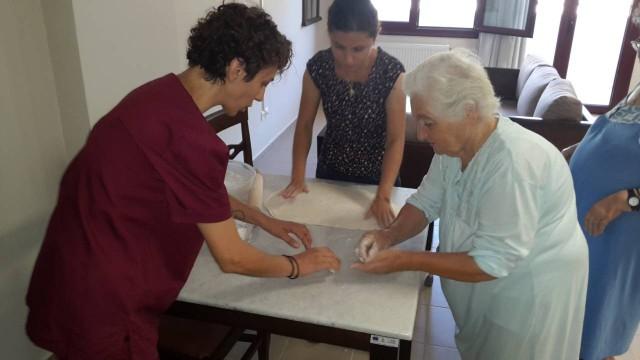 Δημιουργική απασχόληση των ηλικιωμένων με την παραγωγή ντόπιων ζυμαρικών